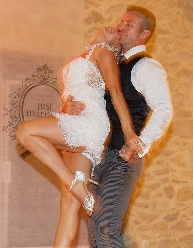 Découvrez toutes nos danses de mariage : cours de rock, salsa, valse, tango, et bien d'autres pour votre ouverture de bal de mariage. Nos professeurs de danse se déplacent à domicile à Bordeaux, bruges, bouliac, libourne. danse mariage, danse de couples, danses de salon, rock, salsa, tango, valse, tout y est pour une ouverture de bal exceptionnelle