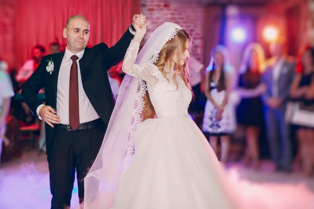 Apprenez à danser en cours de danse à domicile, danses de salon, danses de couple, danse à deux, en salle privée ou chez vous. Pour une ouverture de bal personnalisée, une première danse mariage à Bordeaux, bruges, talence, mérignac, bouliac, saint-andré-de-cubzac, pessac...