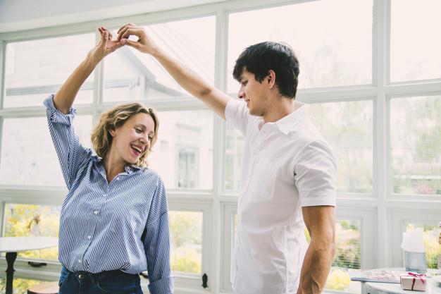 Cours de danse à domicile pour tous vos événments. Préparez votre mariage, une danse teambuilding, une danse en entreprise, un anniversaire ou tous autres animations. Danses de salon, rock, tango, valse mariage à Bordeaux et la CUB, libourne, saint-andré-de-cubzac, bouliac, bruges, talence