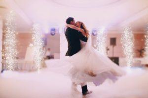 Vase de mariage, première danse, ouverture de bal, apprenez à danser pour votre mariage avec Viladanse. Votre professeur particulier se déplace à Bordeaux, Bruges, pessac, talence, bouliac, saint-andré de cubzac, libourne, gradignan. Cours de danse à domicile, rock, salsa, tango...