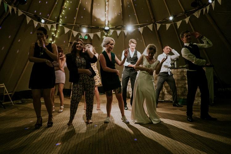 Falsh-mob, battle, chorégraphie de danse pour tous vos événements, danse animation, danse EVJF avec viladanse. Professeur de danses de salon diplômé à Bordeaux et la CUB, pessac, talence, bouliac, la Brède, Martillac, Eysines, Bruges, Saint-andré-de-cubzac